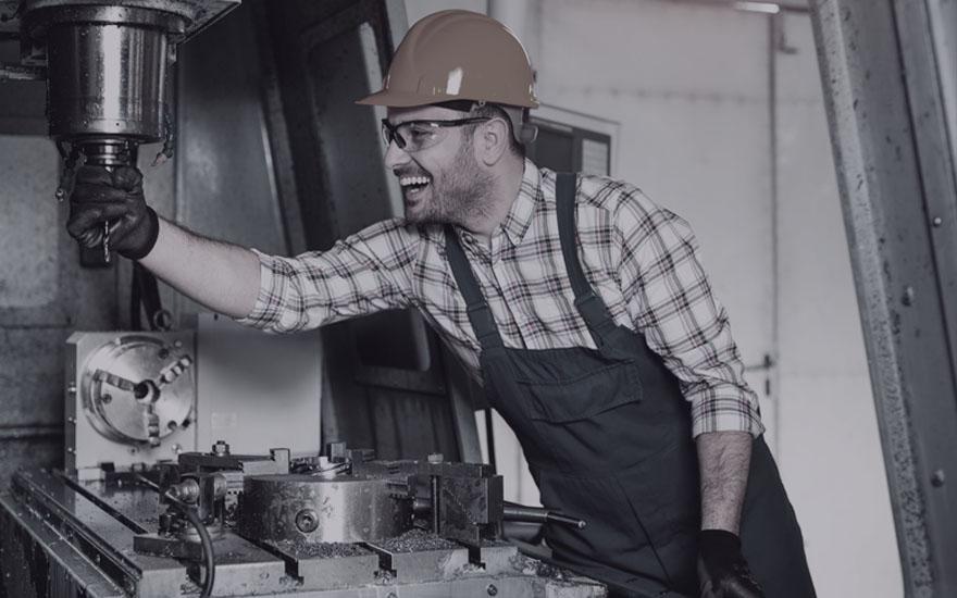 operator przy maszynie CNC doobróbki metali